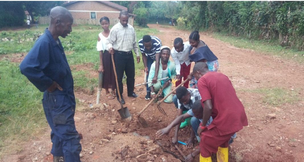 Entretenir le réseau d'eau qui dessert la population à Kalehe-Ihusi